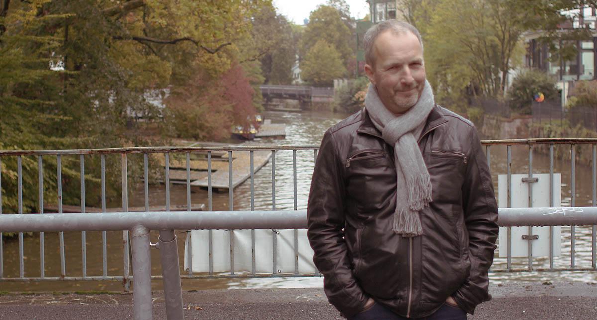 Stefan Schwarz auf jener Brücke unter der er mal im Wasser stand.