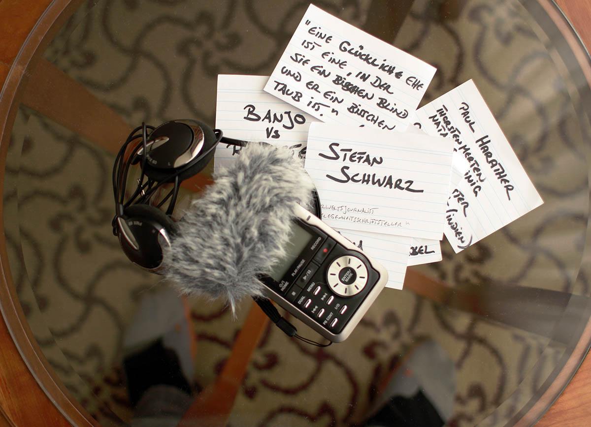 Karteikarten auf und Socken des Interviewers unter dem Glastisch.