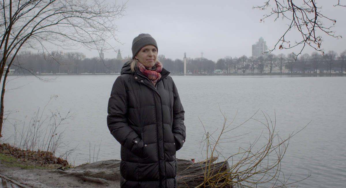 Annette Hess verdeckt am Maschsee das Rathaus im Hintergrund.