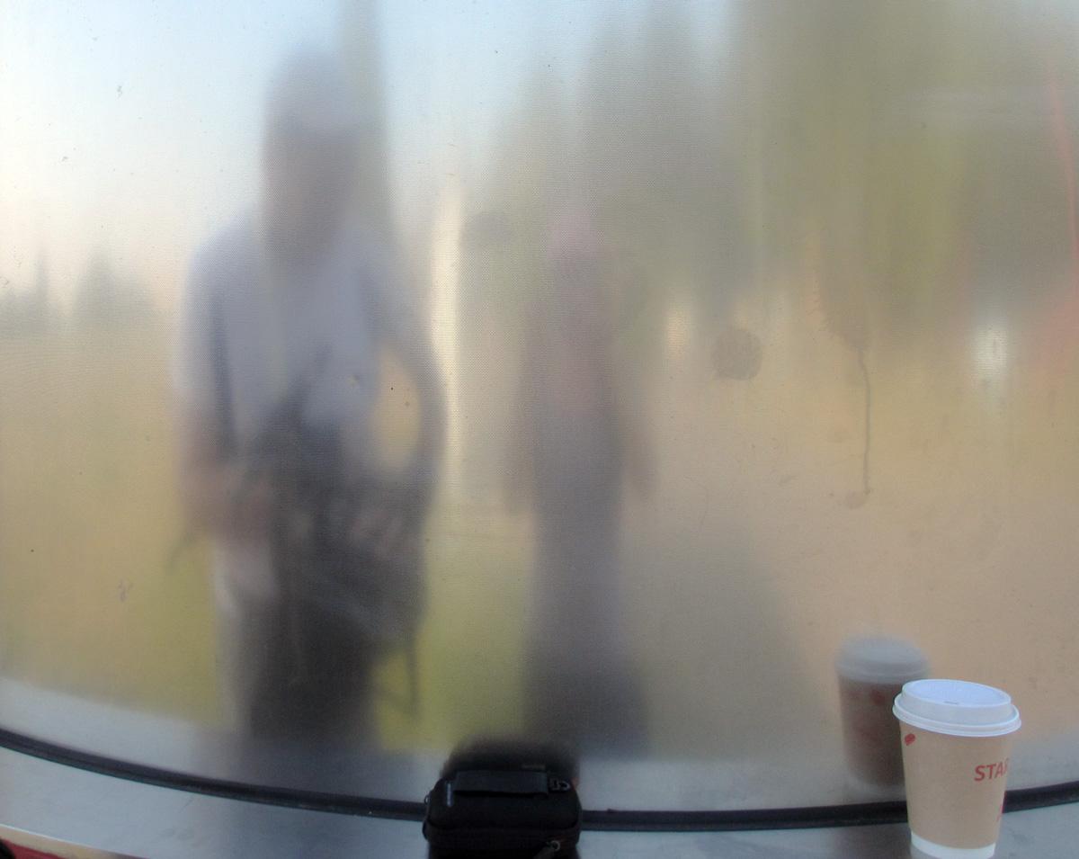 Kamerakind Kirsten knipst Kaffee und Kameratasche.